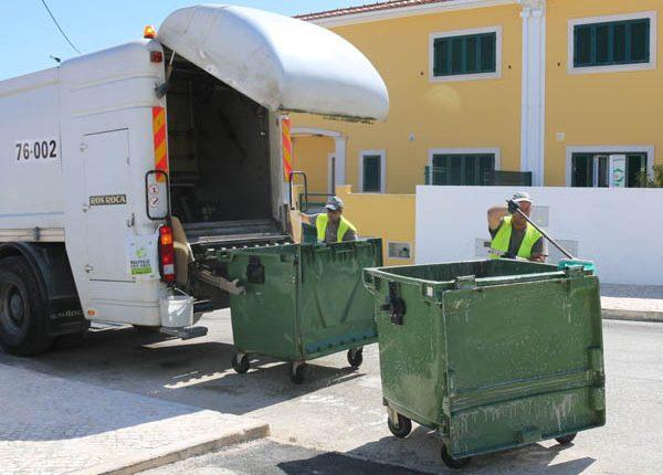 Contentores do lixo estão a ser limpos e desifetados